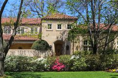 A entrada de uma casa de gama alta moderna do estuque na mola com os azeleas e a árvore cor-de-rosa e brancos sae apenas de começ Foto de Stock Royalty Free