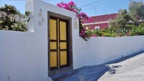 A entrada de uma casa privada em Santorini, Grécia fotos de stock