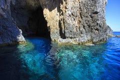 Entrada de uma caverna imagens de stock
