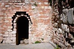 Entrada de un castillo - arco redondo y paredes de ladrillo Foto de archivo libre de regalías