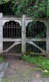 Entrada de un cementerio con un de madera y un labrado-hierro cerrados GA Fotografía de archivo