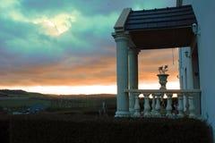 Entrada de un viejo landhouse en el Tournehem-sur-la-dobladillo, Francia con puesta del sol en el fondo imagen de archivo