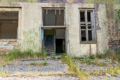 Entrada de una casa abandonada vieja Fotos de archivo