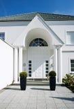 Entrada de una casa blanca Foto de archivo