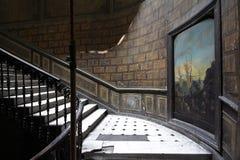 Entrada de una casa vieja del siglo XIX con la pintura en una pared y una escalera del vintage foto de archivo libre de regalías