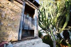 Entrada de una casa vieja en el pueblo Fotografía de archivo libre de regalías