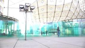 Entrada de vidro criativa no grande shopping, arquitetura moderna, Europa vídeos de arquivo