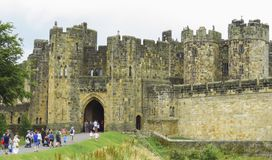 Entrada del castillo de Alnwick, el 2 de agosto de 2016 - en el condado inglés de Northumberland imagen de archivo libre de regalías