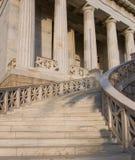 Entrada del edificio de la universidad de Atenas Foto de archivo