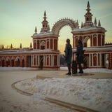 Entrada del Ekaterina& grande x27; s se escuda y el monumento de los architectors Bazhenov y Kazakov por la tarde fotos de archivo