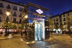 Entrada del elevador a la estación de metro, Madrid fotos de archivo