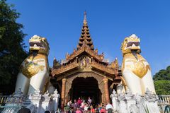 Entrada del este del ` s de la pagoda de Shwedagon en Rangún fotos de archivo