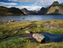 Entrada del fiordo por el pueblo de Nusfjord Foto de archivo