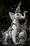 Entrada del guardia de la estatua del elefante blanco al templo imágenes de archivo libres de regalías