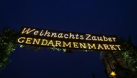 Entrada del mercado de la Navidad de Gendarmenmarkt, Berlín, Alemania Fotografía de archivo