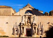 Entrada del monasterio de Poblet en día soleado cataluña Foto de archivo libre de regalías