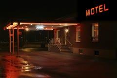 Entrada del motel en la noche imagenes de archivo