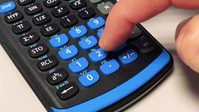 Entrada del número en un cierre de la calculadora para arriba metrajes