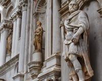 Entrada del palacio del dux estatuaria fotos de archivo
