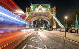 Entrada del puente de la torre en Londres por noche Imagenes de archivo