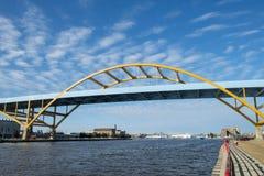 Entrada del puente del puerto de Milwaukee, Wisconsin imagen de archivo libre de regalías