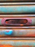 Entrada del reparto del correo en el viejo y pintura de la puerta del obturador del rodillo foto de archivo libre de regalías