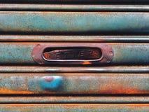 Entrada del reparto del correo en el viejo y pintura de la puerta del obturador del rodillo fotos de archivo