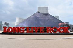 Entrada del salón de la fama famoso en Cleveland en Ohio, los E.E.U.U. imagen de archivo