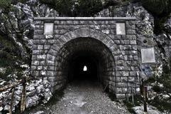 Entrada del túnel a través de una montaña Imagen de archivo libre de regalías
