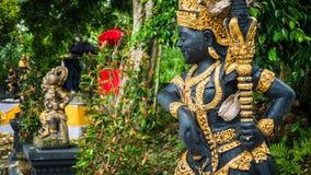 Entrada del templo de Bali con la estatua del guarda Imagen de archivo