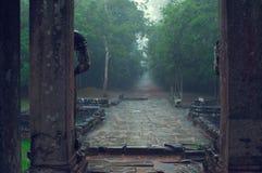 Entrada del templo del som de TA en la lluvia. Angkor Wat Foto de archivo libre de regalías