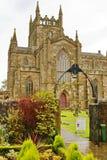 Entrada dianteira à catedral de Dunkeld nas montanhas escocesas Fotografia de Stock Royalty Free