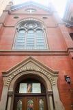 Entrada dianteira à igreja transversal santamente Fotografia de Stock