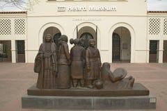 A entrada dianteira do museu ouvido que mostra uma escultura dos nativos americanos em Phoenix, o Arizona fotos de stock