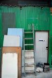 Entrada do armazém com portas velhas fotografia de stock