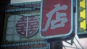 1973: Entrada do bairro chinês patrocinada pelo corporaçõ 7up video estoque
