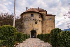 Entrada do castelo Schenna Scena perto de Meran Schenna, prov?ncia Bolzano, Tirol sul, It?lia imagens de stock