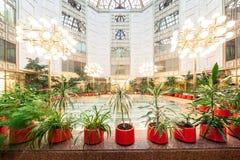 Entrada do hotel com flores Imagem de Stock