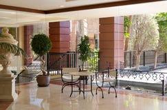 Entrada do hotel com tabela e cadeiras foto de stock royalty free