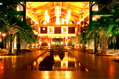 A entrada do hotel na noite Fotografia de Stock Royalty Free