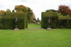 Entrada do jardim de conversão e de estátuas sculptured das mulheres fotos de stock royalty free