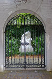 Entrada do jardim público (porta preta do ferro forjado) imagens de stock