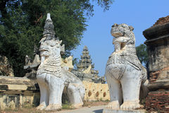 Entrada do leão a Mahar Aung Mye Bon San Monastery Imagens de Stock Royalty Free