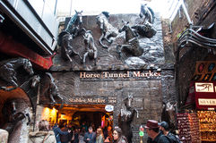 Entrada do mercado dos estábulos que caracteriza cavalos Imagem de Stock