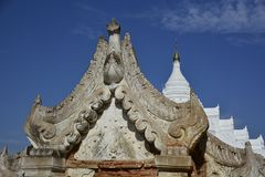 Entrada do pagode antigo de Hsinbyume imagem de stock