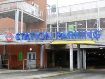 Entrada do parque de estacionamento da estação subterrânea de Londres, Rickmansworth fotos de stock
