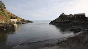Entrada do porto e da costa à bandeja video profissional lisa BRITÂNICA ocidental sul de Polperro Cornualha Inglaterra filme