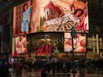 Entrada do rés do chão do lugar do retalho de H&M em 4 Times Square b imagem de stock