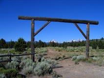 Entrada do rancho com três irmãs imagens de stock