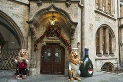 Entrada do restaurante no complexo de Neu Rathaus em Munich fotos de stock